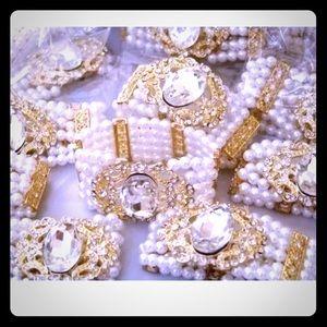 Jewelry - 🎄Luster White Pearl & Rhinestone Stretch Bracelet